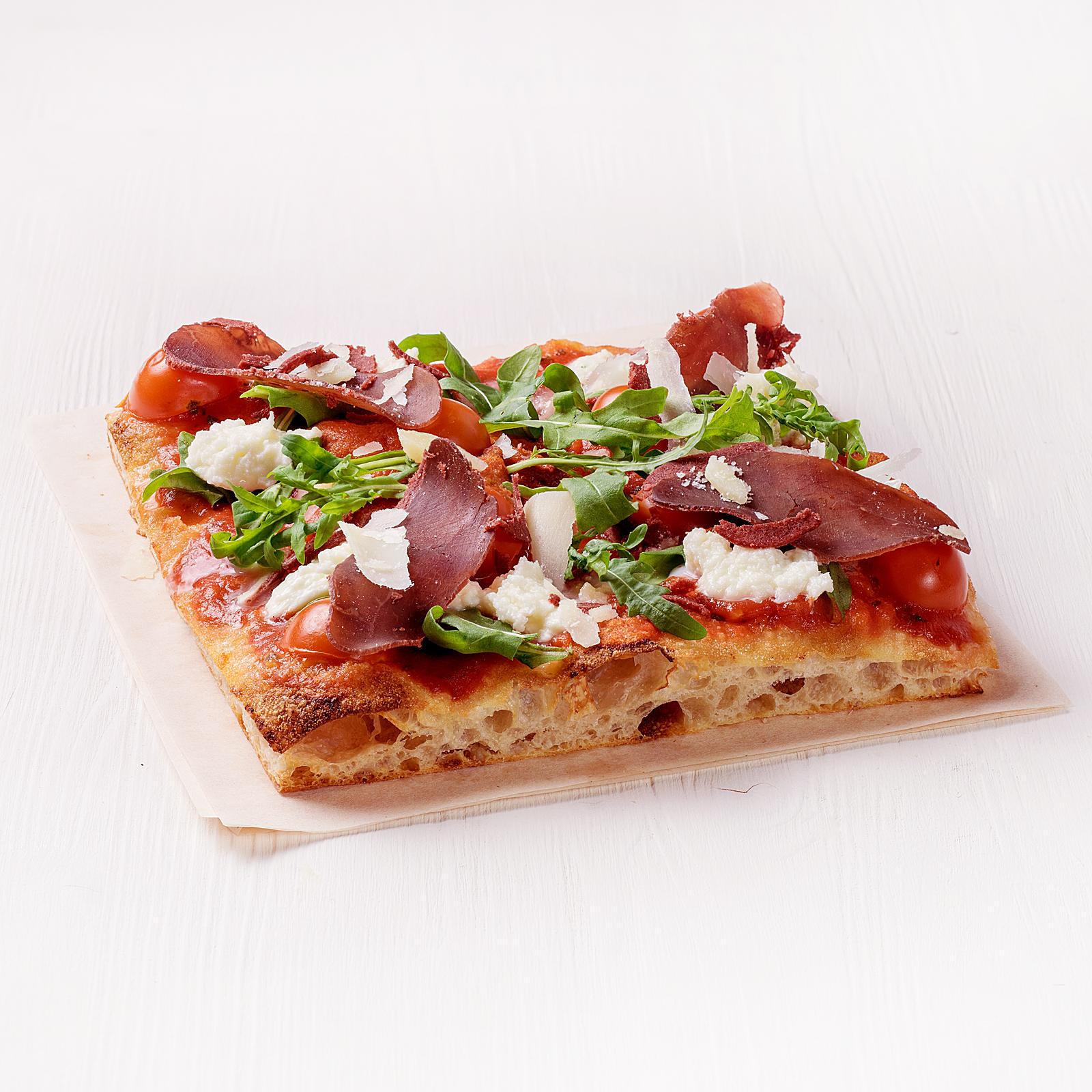 Пицца с бастурмой и рукколой