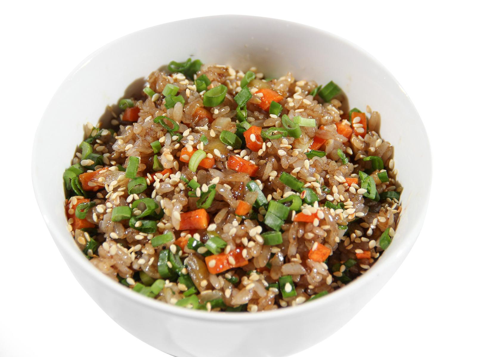 Чесночный рис с овощами
