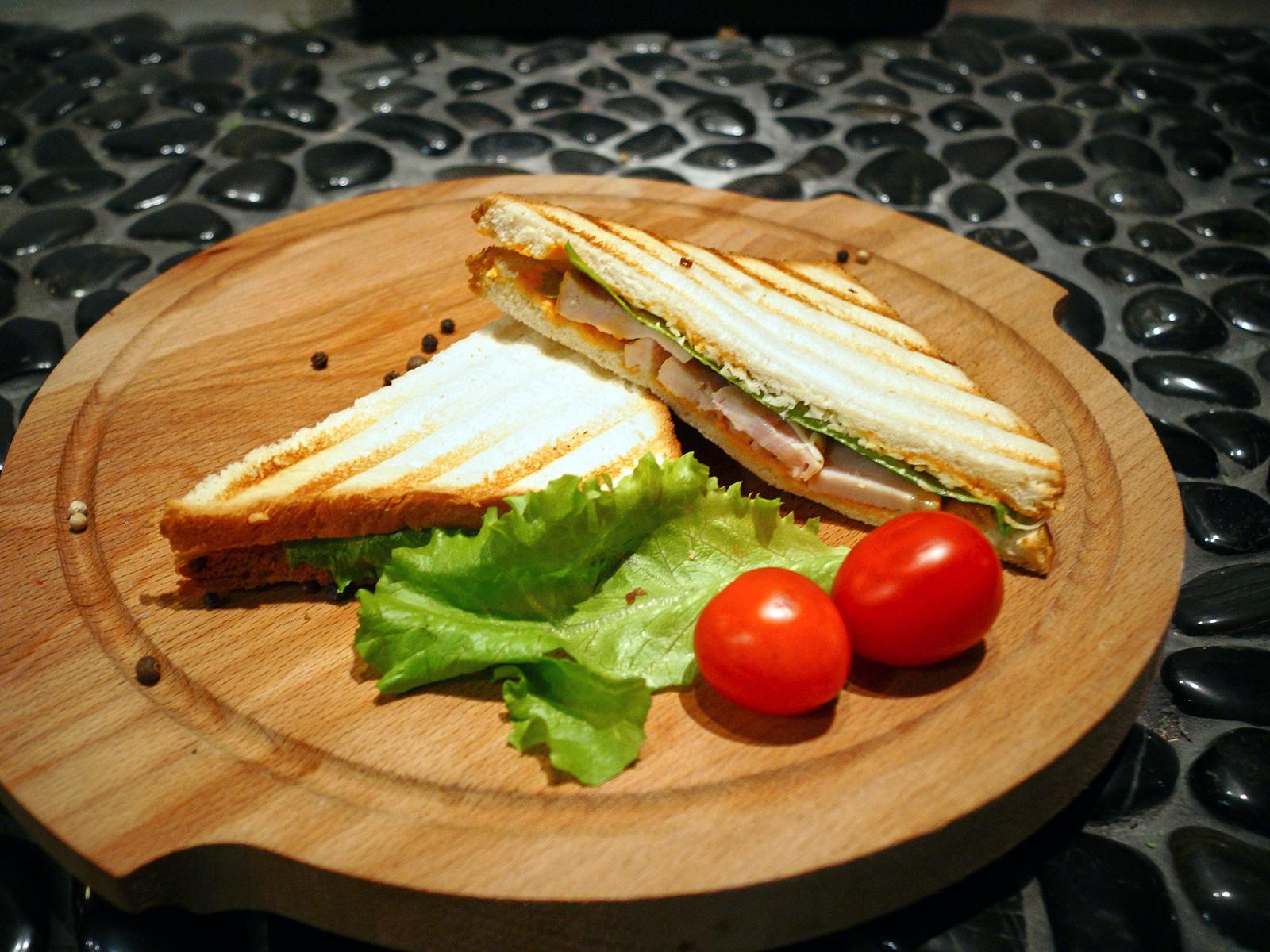 Сэндвич с куриным рулетом