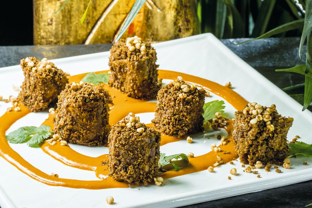 Жареные баклажаны с ореховым соусом на креме из печеного перца