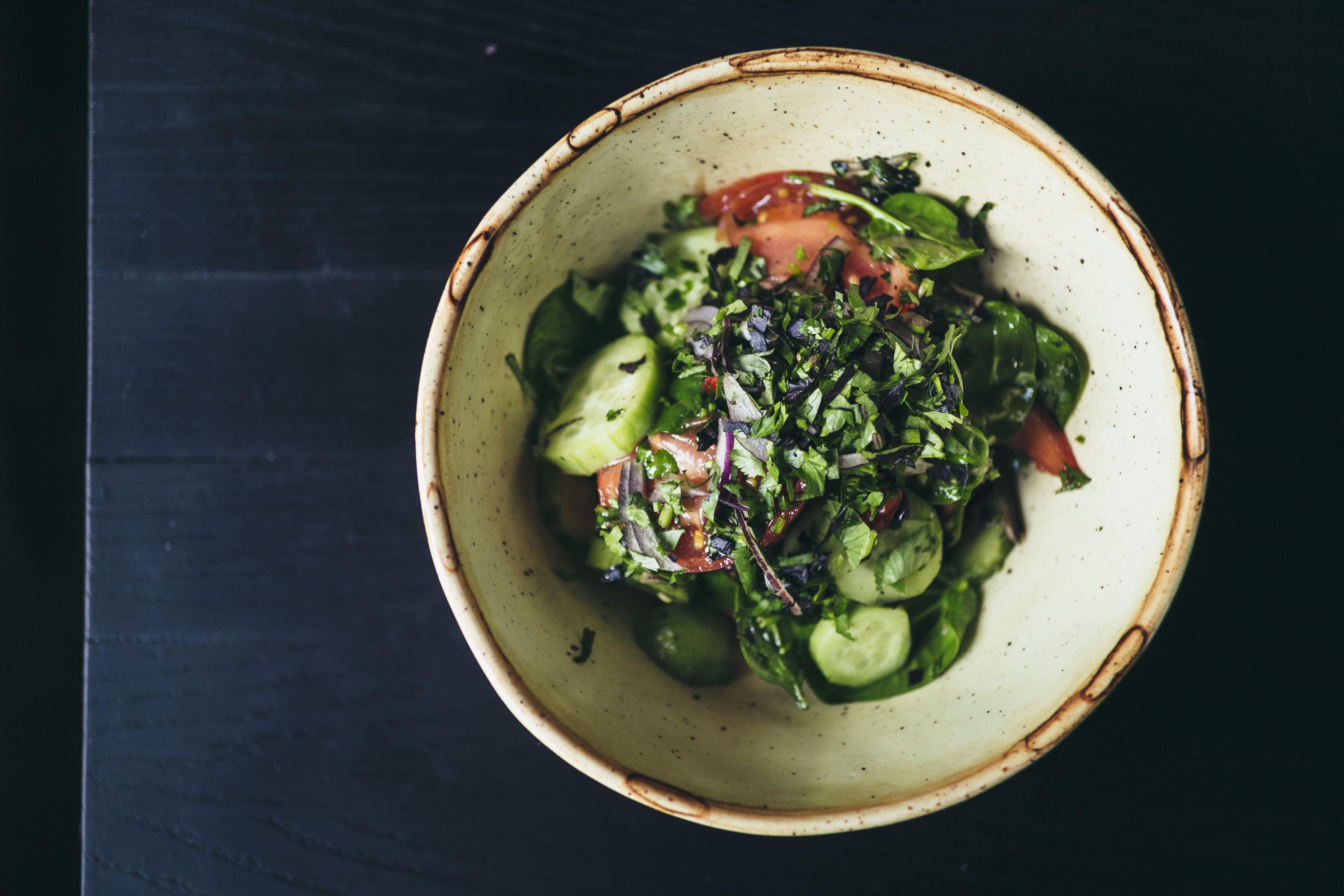 Овощной салат с заправкой на выбор