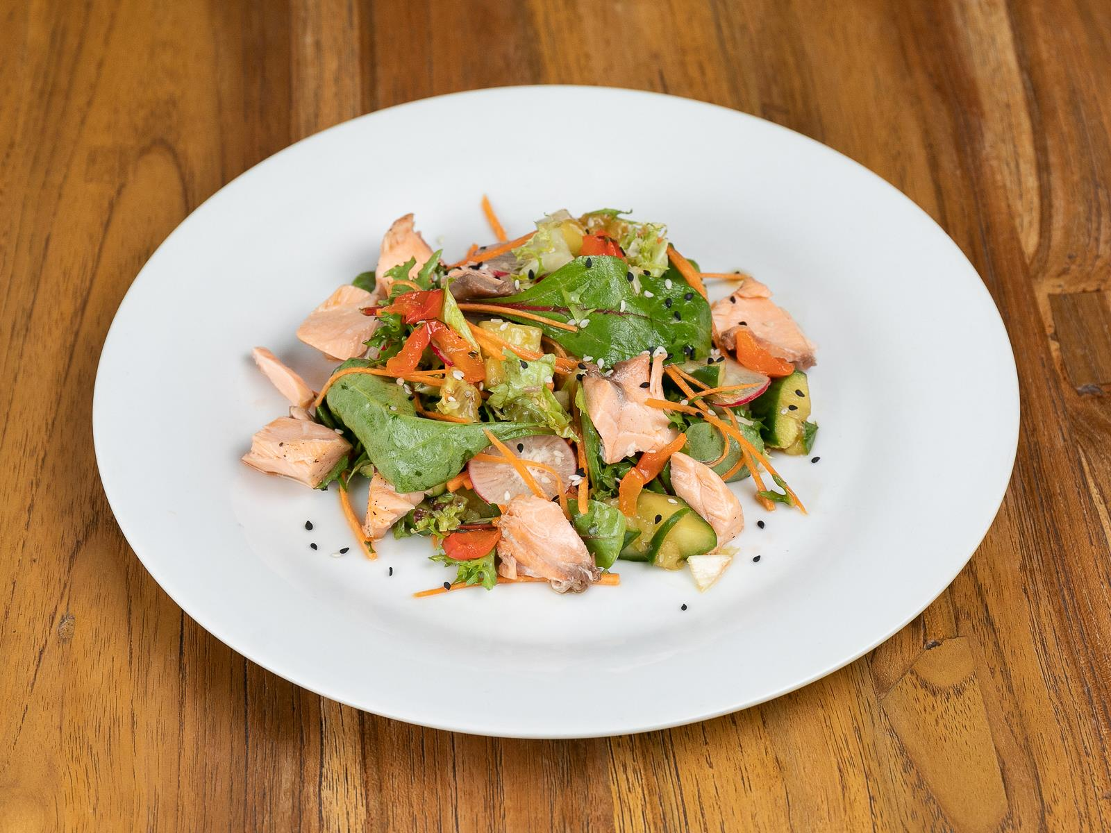Салат с лососем и битыми огурцами