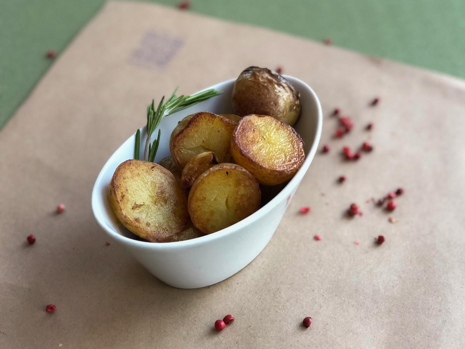 Молодой картофель с чесноком и розмарином