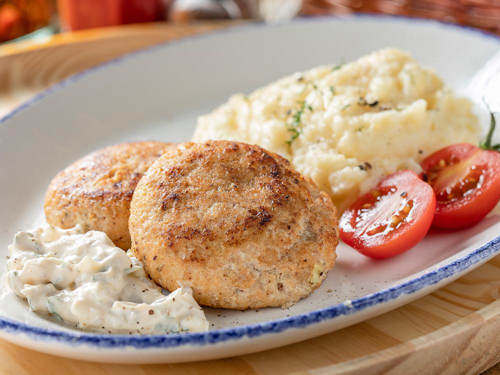 Рыбные котлеты с картофельным пюре и соусом тартар