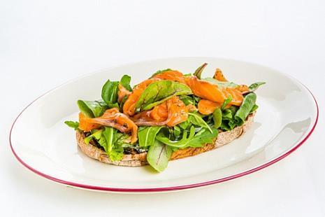 Брускетта с лососем слабой соли, крем-чизом, листьями салата и вялеными томатами