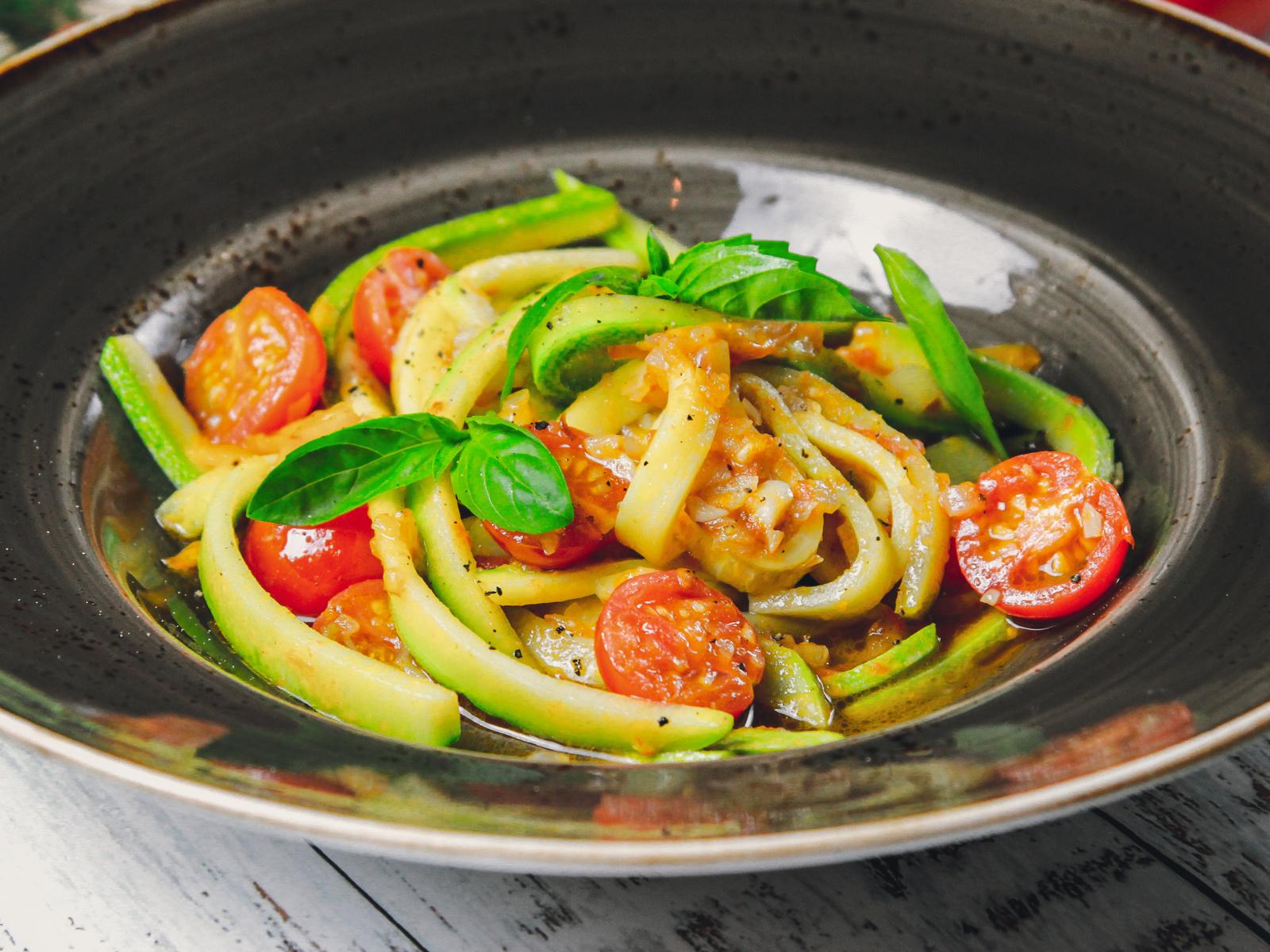 Спагетти из кабачков с томатной сальсой