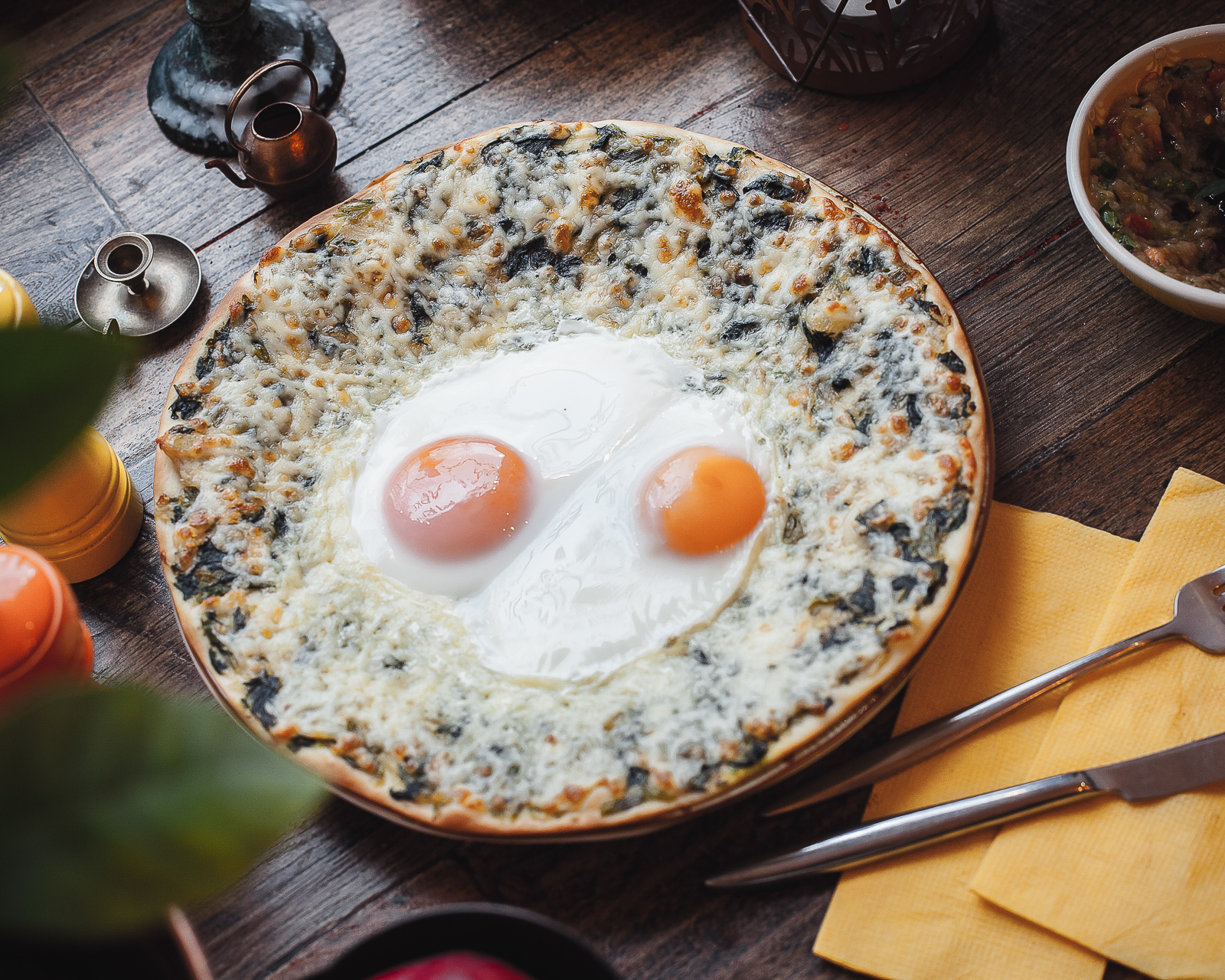 Лепешка Лаффа со шпинатом, сыром и глазуньей
