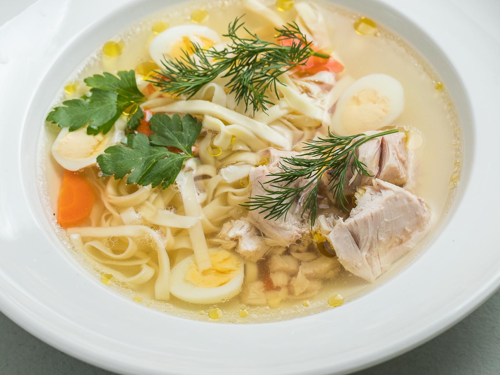 Домашний куриный суп с лапшой и зеленью