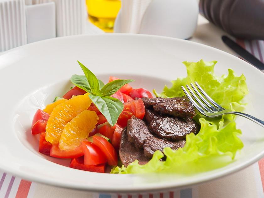 Овощной салат с говядиной и апельсинами