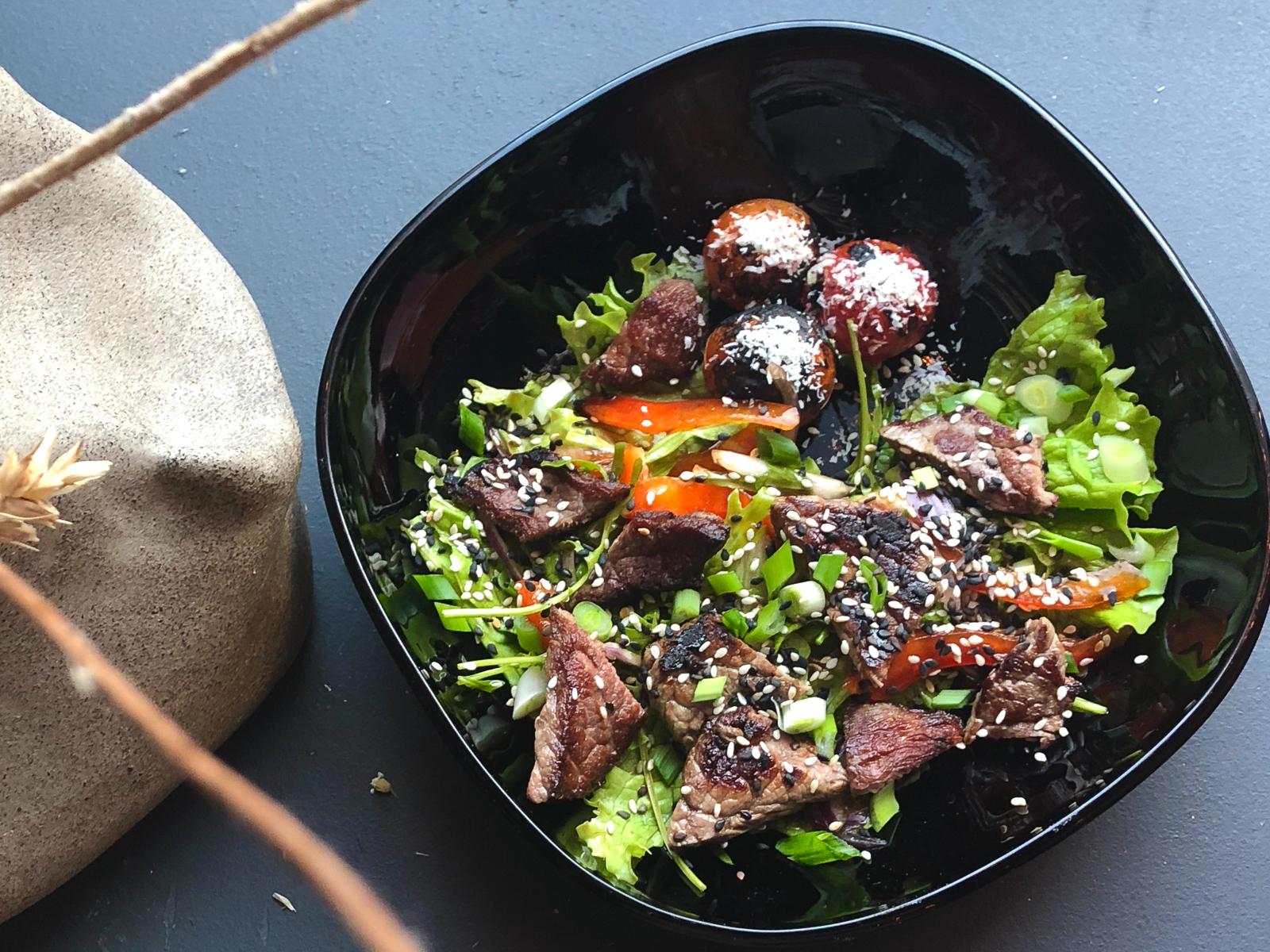 Теплый салат с говядиной и маринованными томатами черри