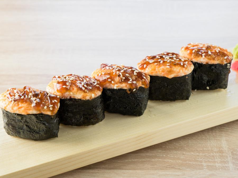 Вкусные суши с лососем