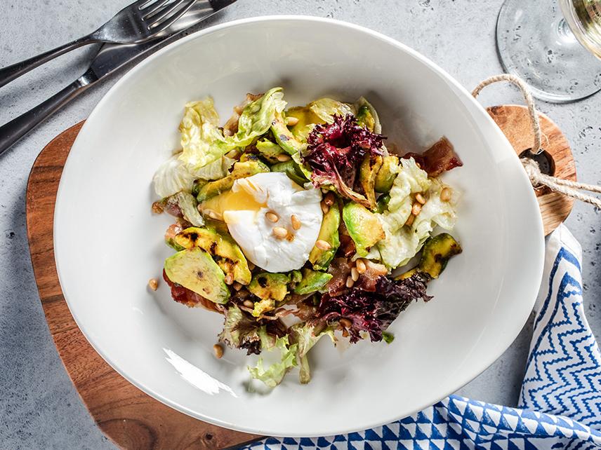 Салат с жареным авокадо, беконом и яйцом пашот