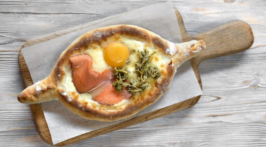 Хачапури по-аджарски с сыром, яйцом и форелью