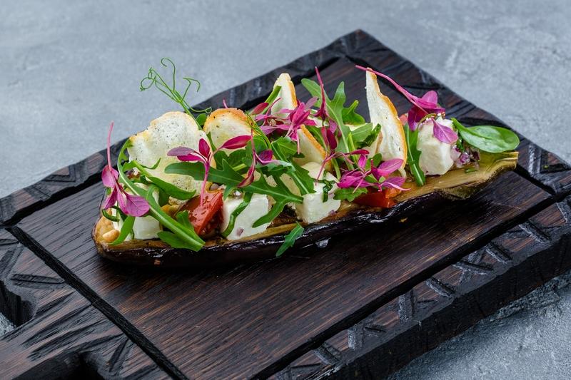 Салат из печеного баклажана