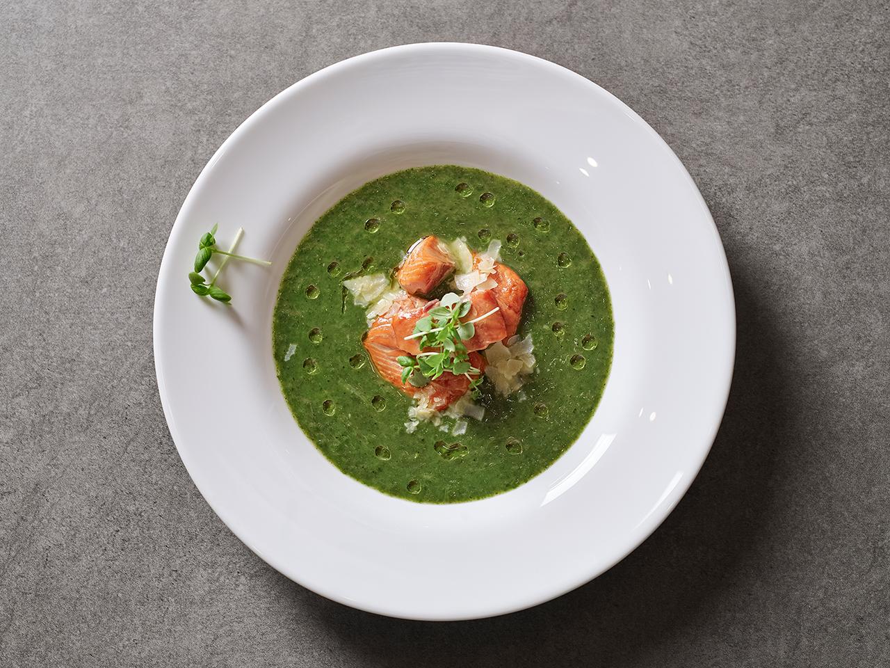 Крем-суп из шпината с копчёным лососем