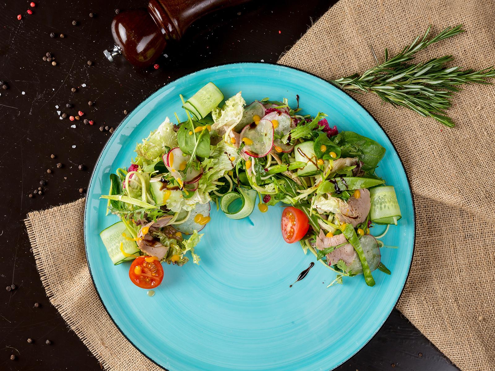Салат с подкопчённой уткой