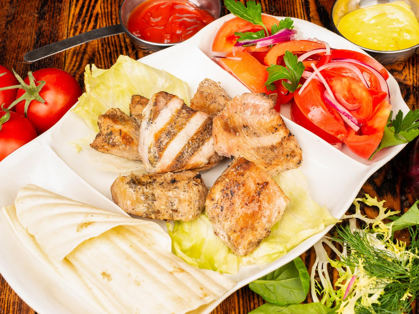 Шашлык из грудки индейки с салатом из помидоров
