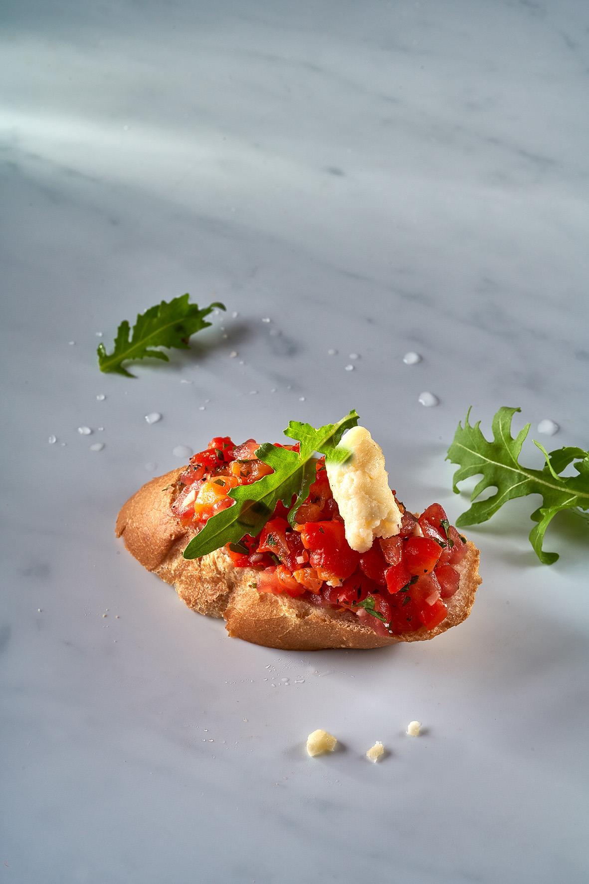 Брускетта с печеным перцем и свежими томатами