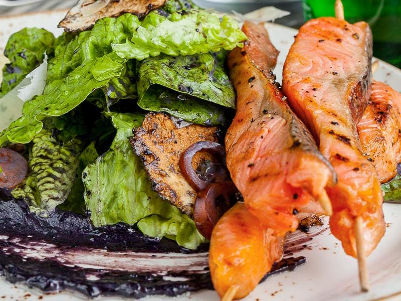 Цезарь в черном соусе с лососем гриль