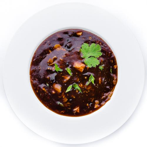 Кисло-острый суп с чилийским сибасом, тигровыми креветками и рисовой лапшой