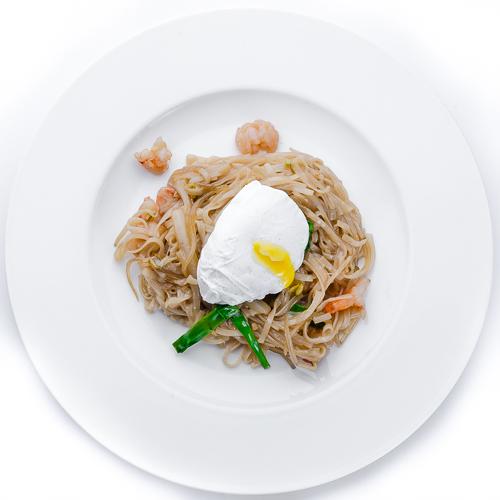 Рисовая лапша с креветками по-сингапурски