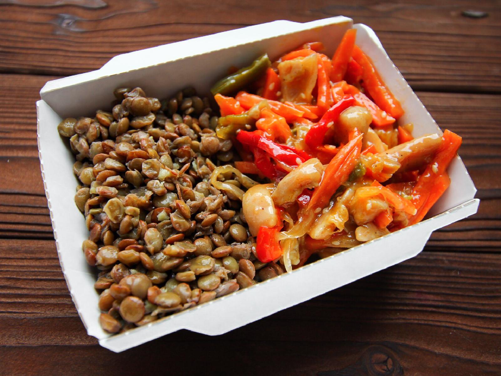 Курица в соусе Терияки с овощами и зеленой чечевицей