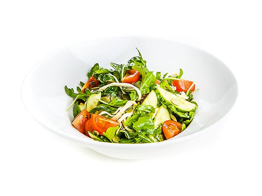 Салат из свежих овощей и трав
