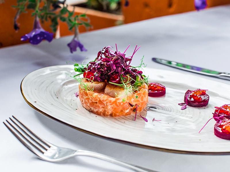 Тартар из лосося с гребешками