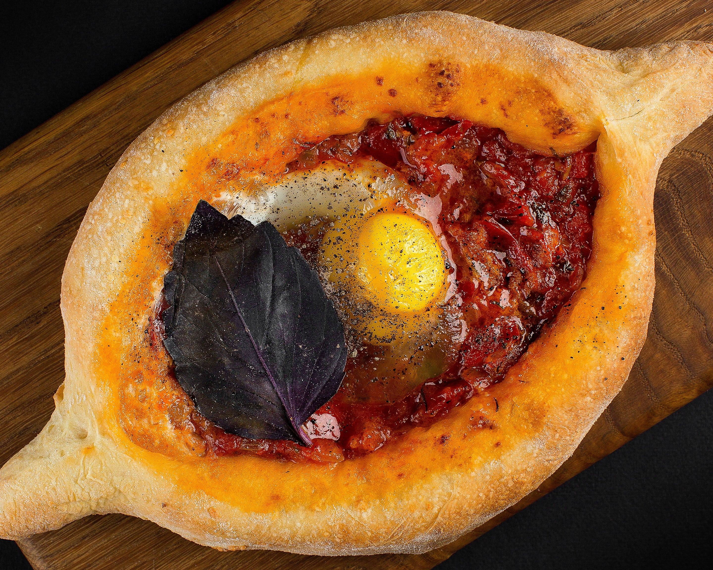 Хачапури-лодочка с помидорами