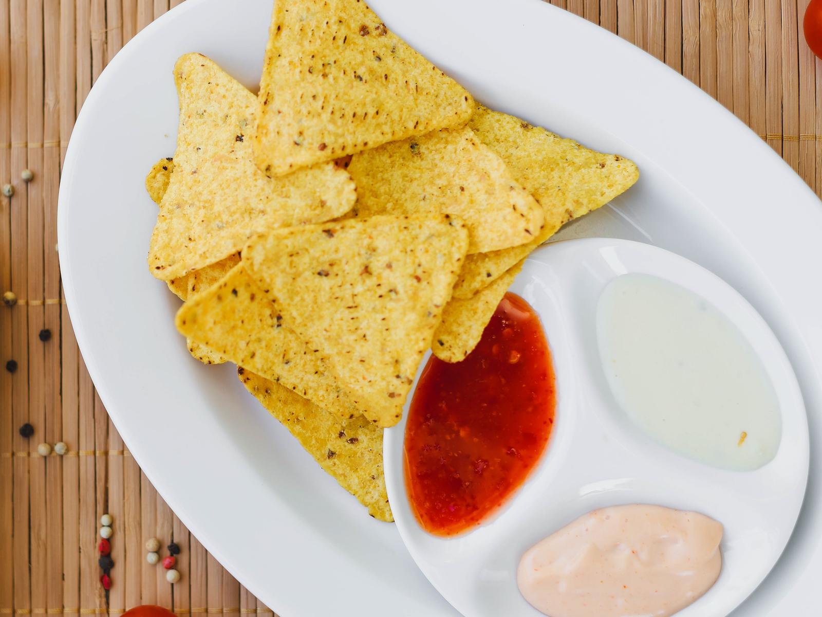 Чипсы Начос с тремя соусами
