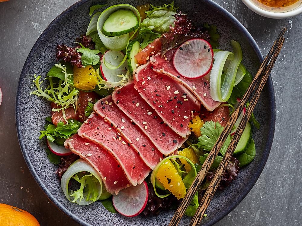 Салат с тунцом и кунжутно-луковым соусом