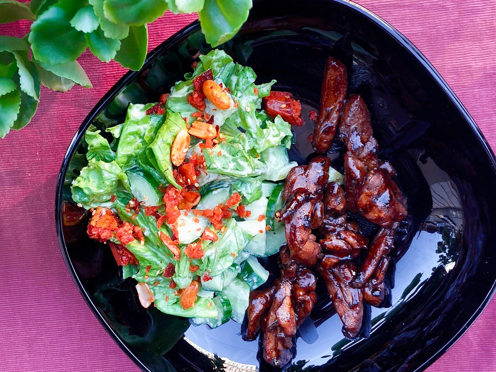 Салат с курицей и чили арахисом