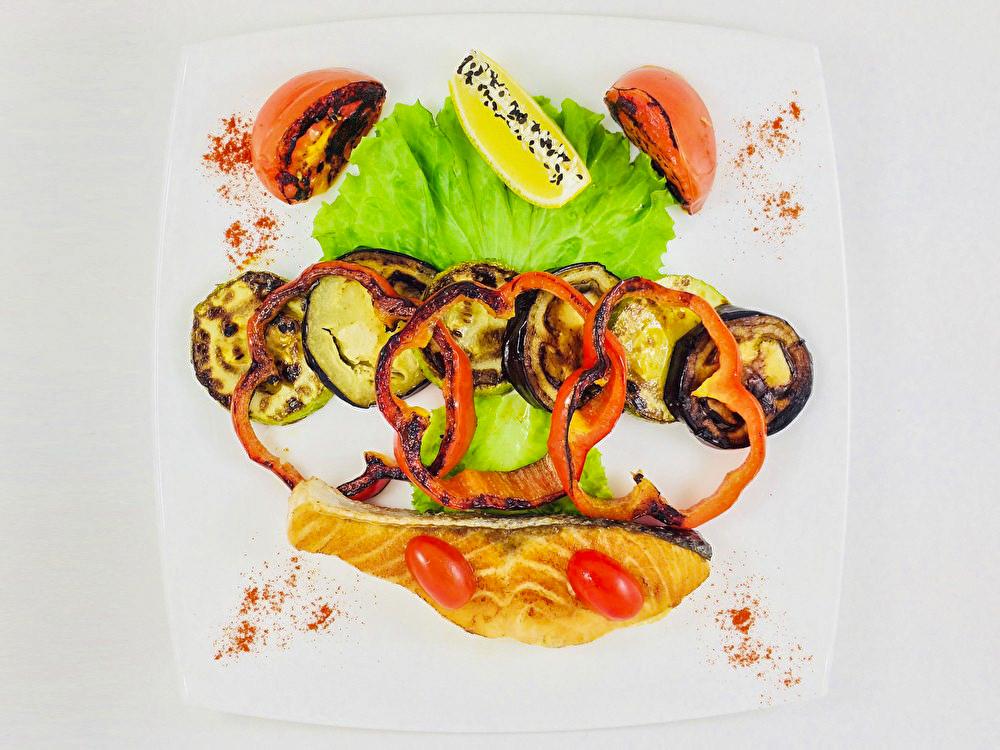 Обжаренный стейк лосося с овощами гриль
