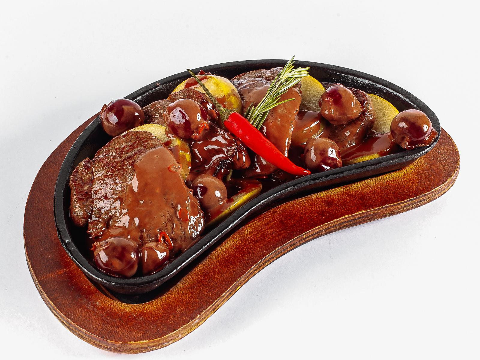 Медальоны из телятины в остро-шоколадном соусе
