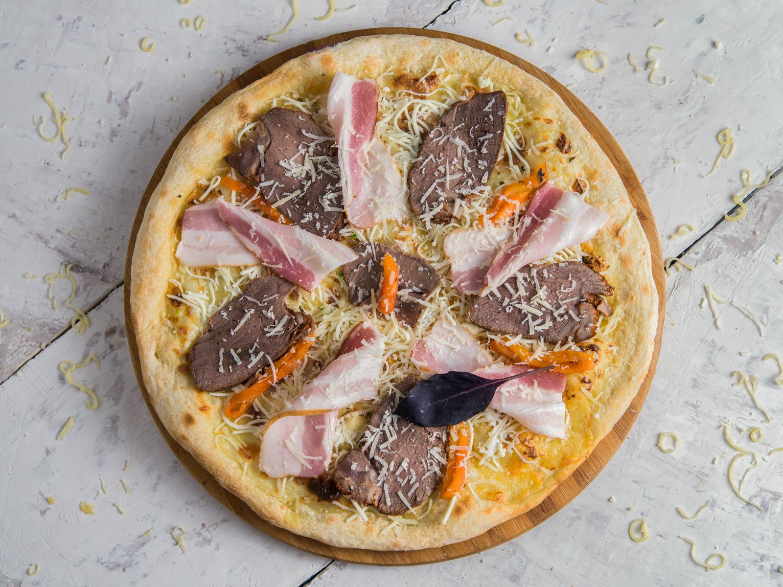 Пицца с телятиной и беконом