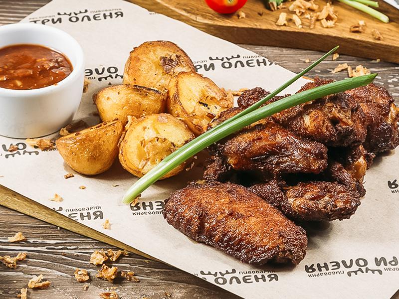 Острые Куриные крылья Чили с обжаренным картофелем черри