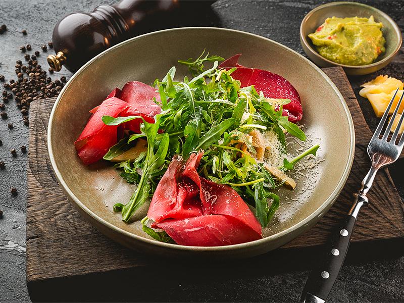 Салат с артишоками и брезаолой