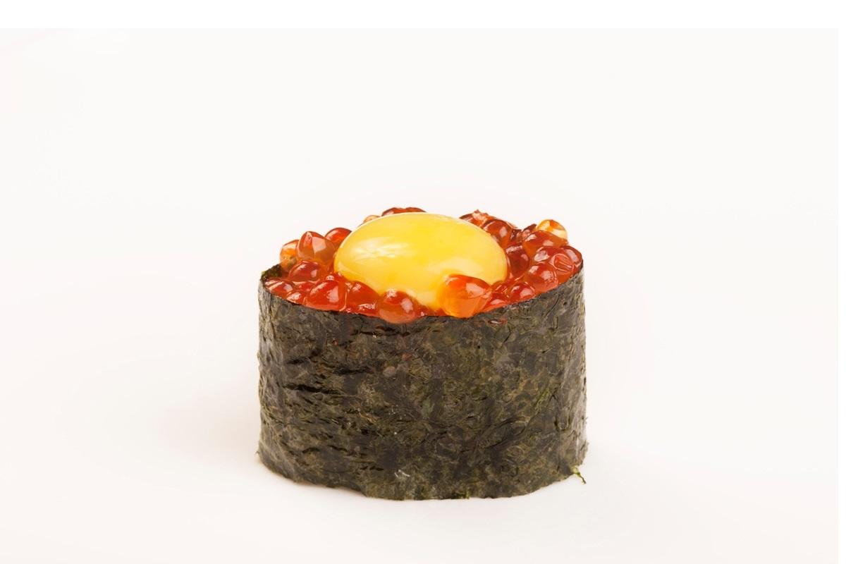 Лососевая икра и перепелиное яйцо