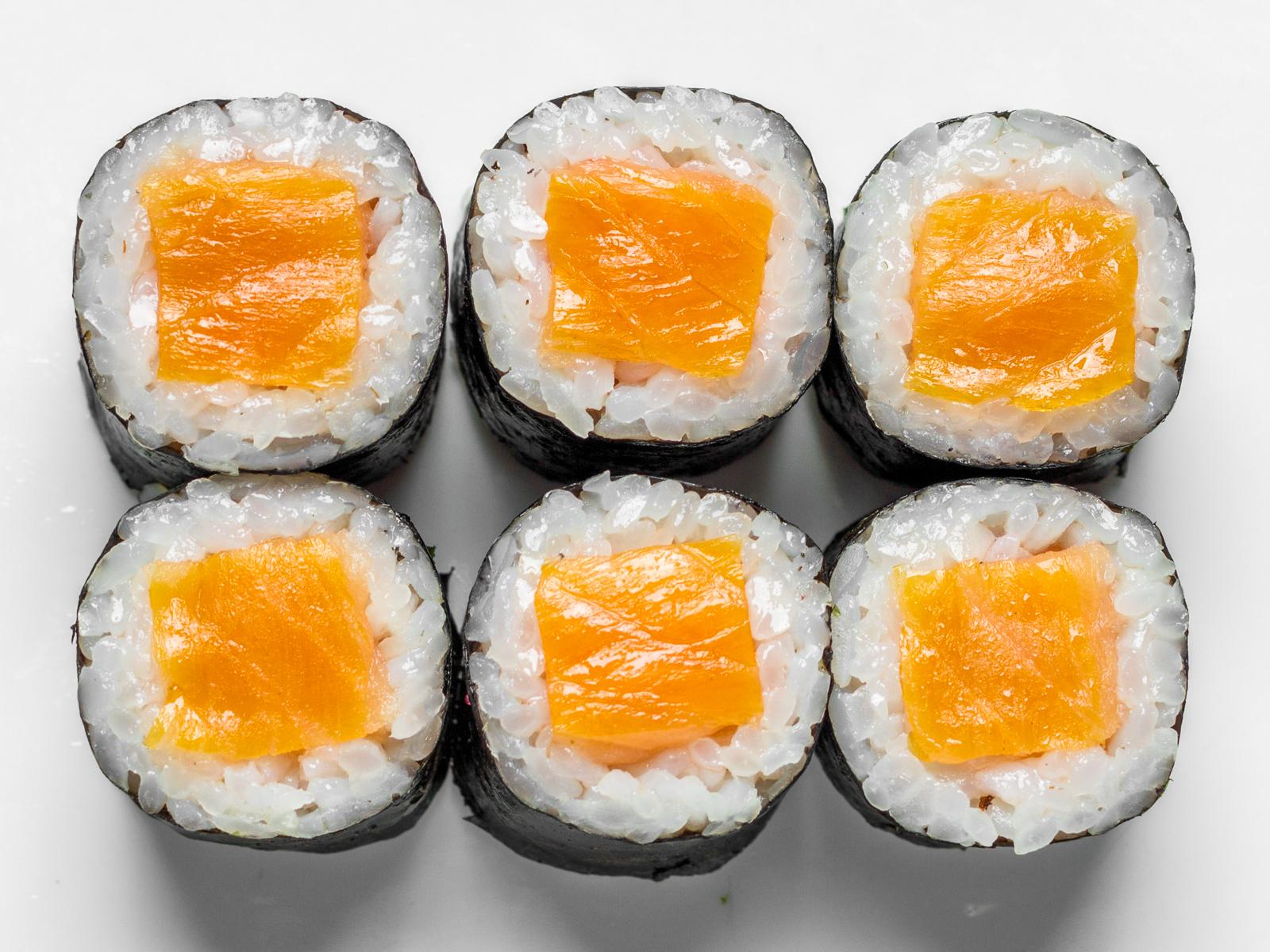 Тонкие роллы с лососем