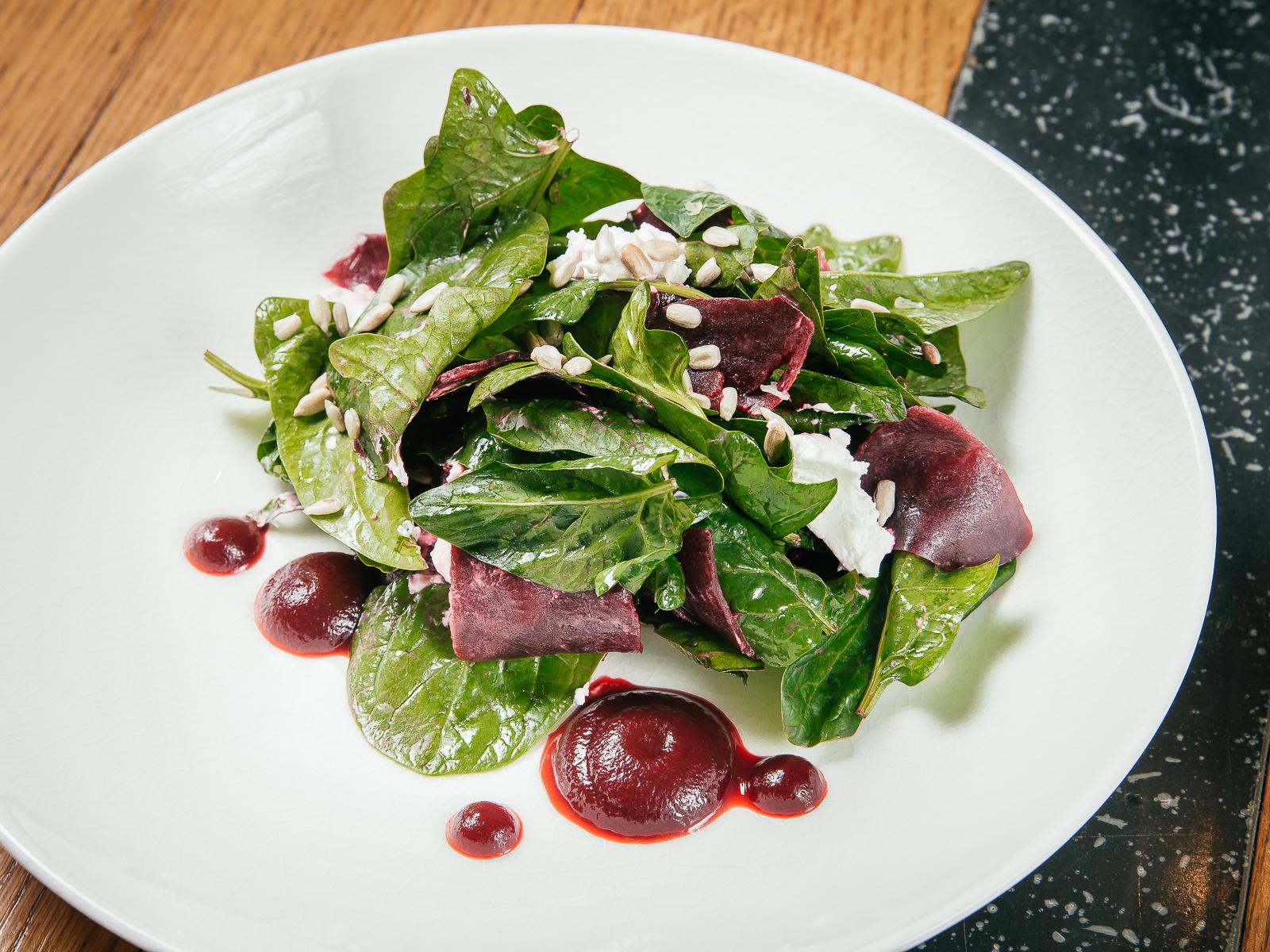 Салат с печеной свеклой, шпинатом и фермерским сыром