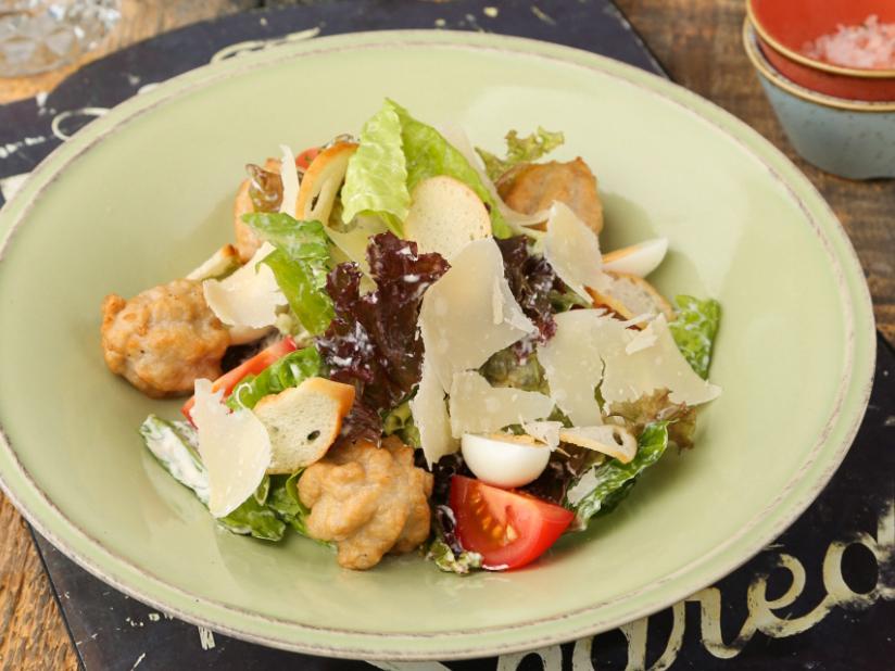 Фирменный салат Цезарь с котлетками