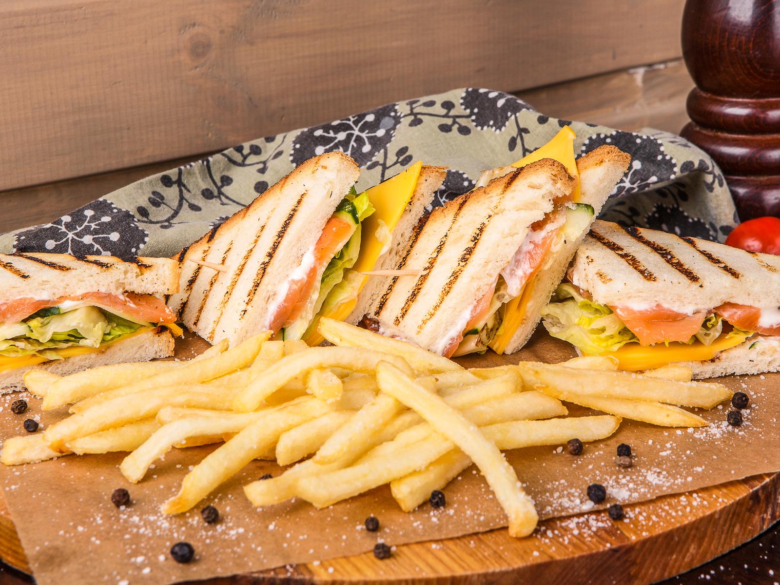 Сэндвич с семгой и картофелем фри