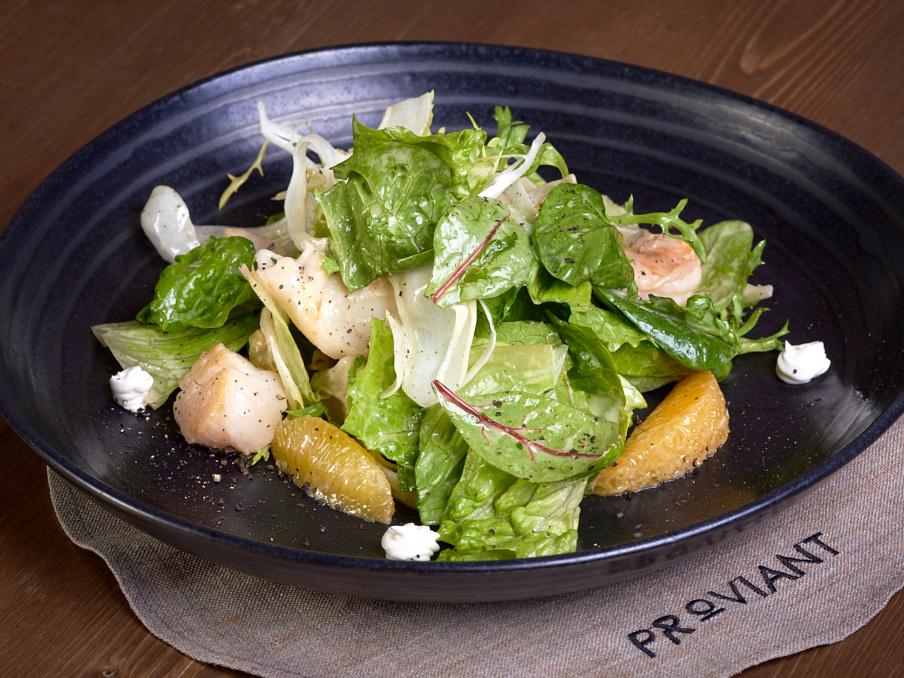 Салат-коктейль с морепродуктами и филе апельсина