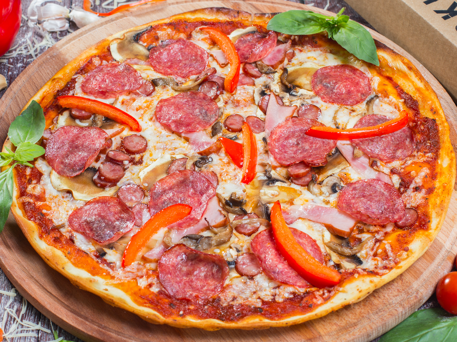 Пицца Колбаскинг на толстом тесте