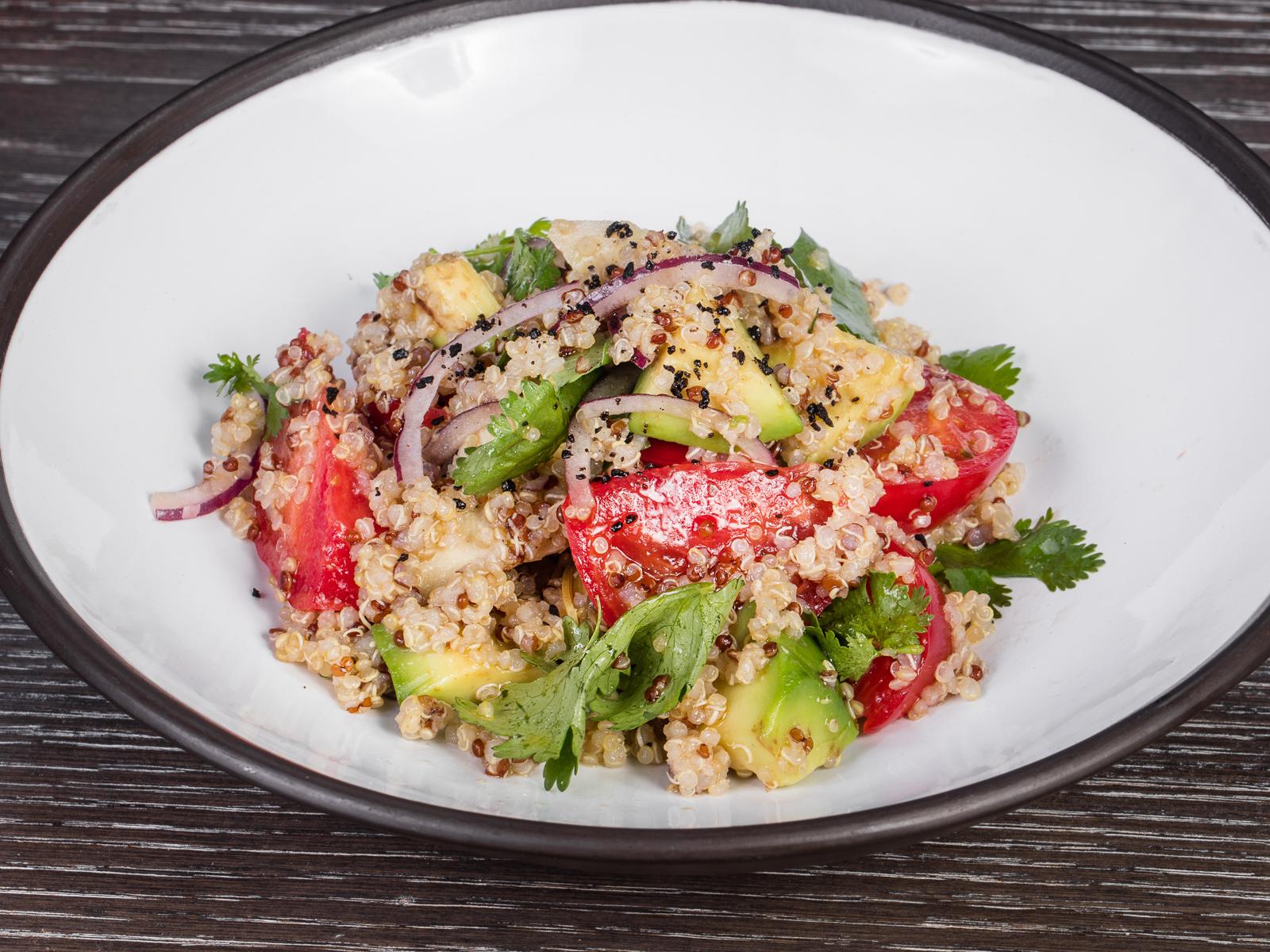 Салат из свежих овощей с киноа и артишоками