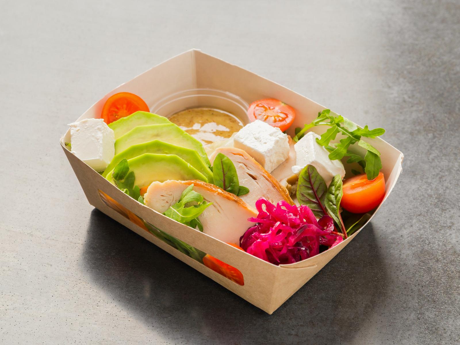 Салат с куриной грудкой и сыром фета