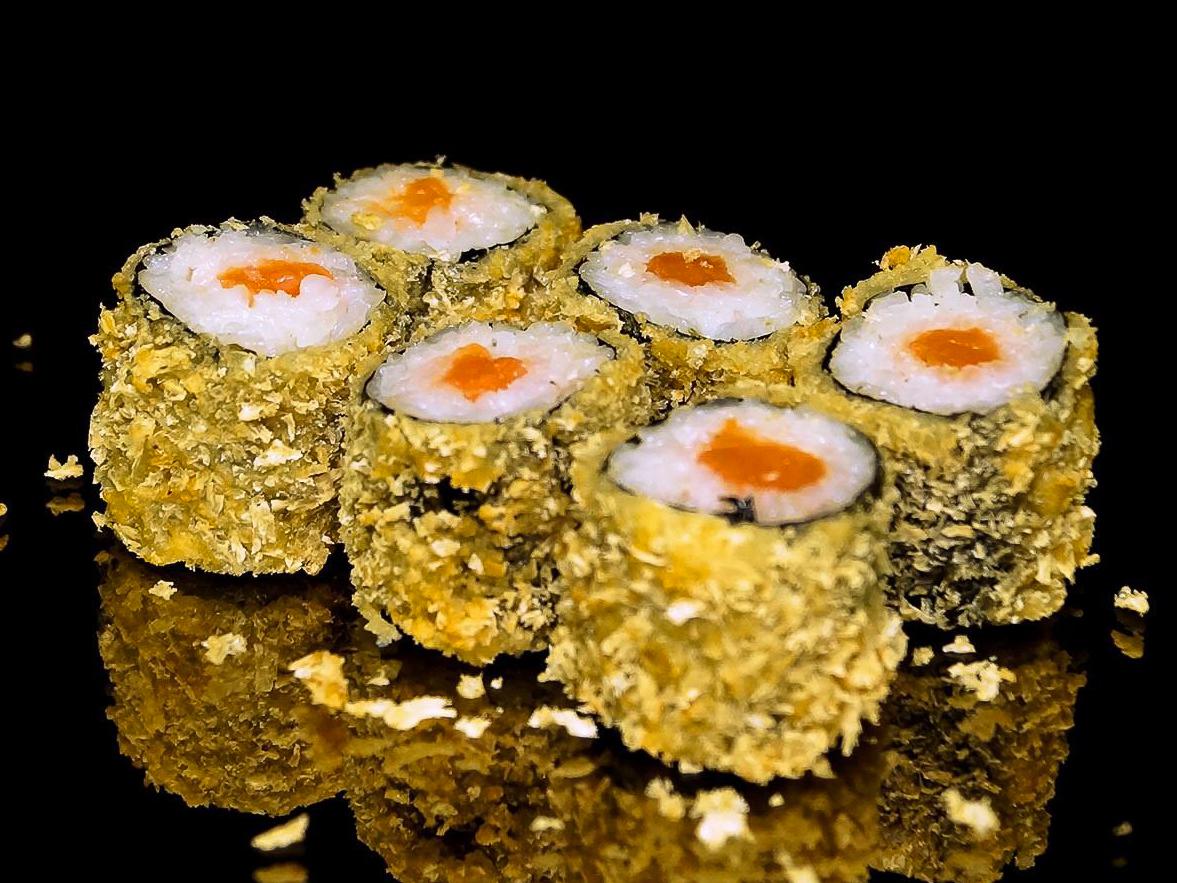Ролл с копченым лососем в темпуре