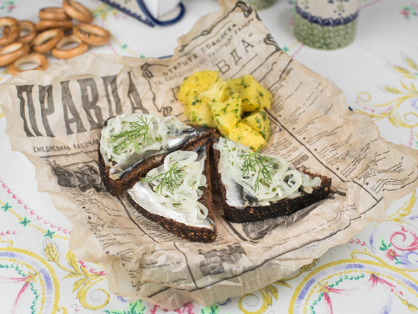 Килька на бородинском хлебе с картошечкой и укропом