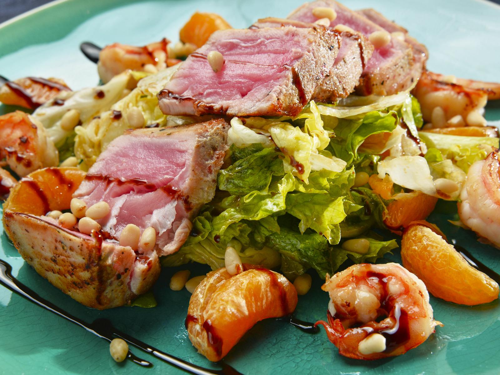 Зеленый салат с сочным тунцом и тигровыми креветками