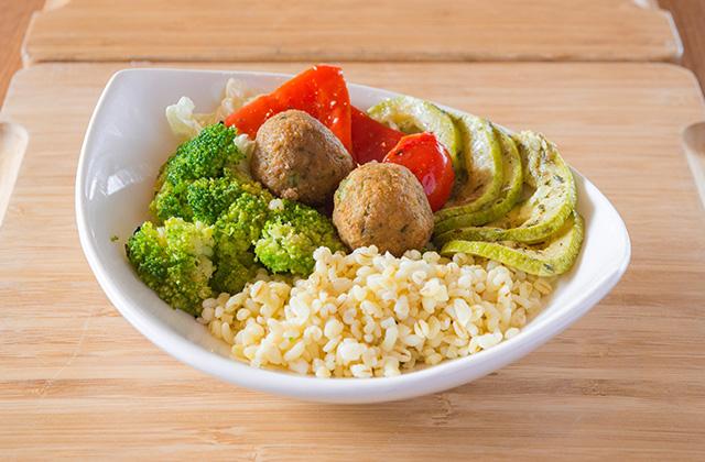 Фалафель с булгуром и овощами